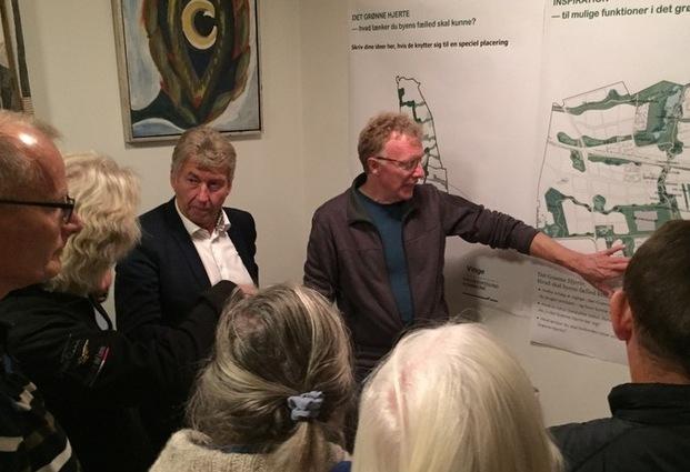 Borgmester John Schmidt Andersen (V) og byrådsmedlem Ole Frimann Hansen (F) i dialog med borgerne ved en planche. Foto: Frederikssund Kommune.